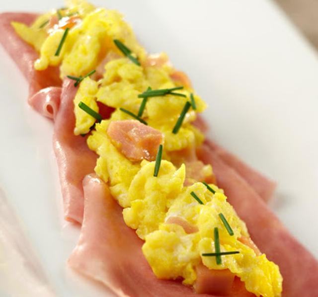 Œufs brouillés au jambon WW, un bon plat léger facile et simple à réaliser pour le petit déjeuner ou le brunch.