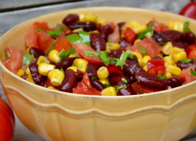 Salade mexicaine légère une bonne salade pleine de couleurs et de saveurs qui apporte beaucoup de soleil dans nos assiettes .A varier selon vos envies.