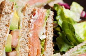 Club sandwich au saumon fumé et au fromage de chèvre